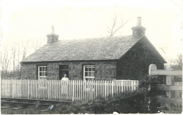 Middle Carse Gatehouse on railway Kippen Station